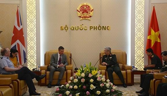 Deputy Defence Minister Vinh (R) receives Israeli Ambassador to Vietnam Nadav Eshcar