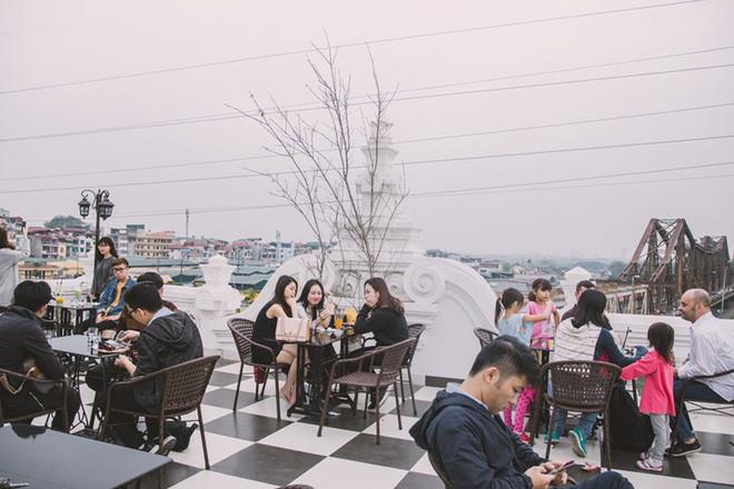 hanoi coffee shops offer fantastic skyline views hinh 3