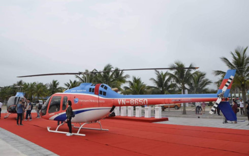 visitors savour spectacular views of ha long bay by bell 505 helicopter hinh 1
